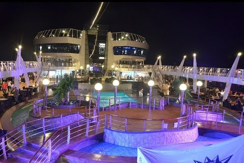 Cruising-Night-Entertainment-Party